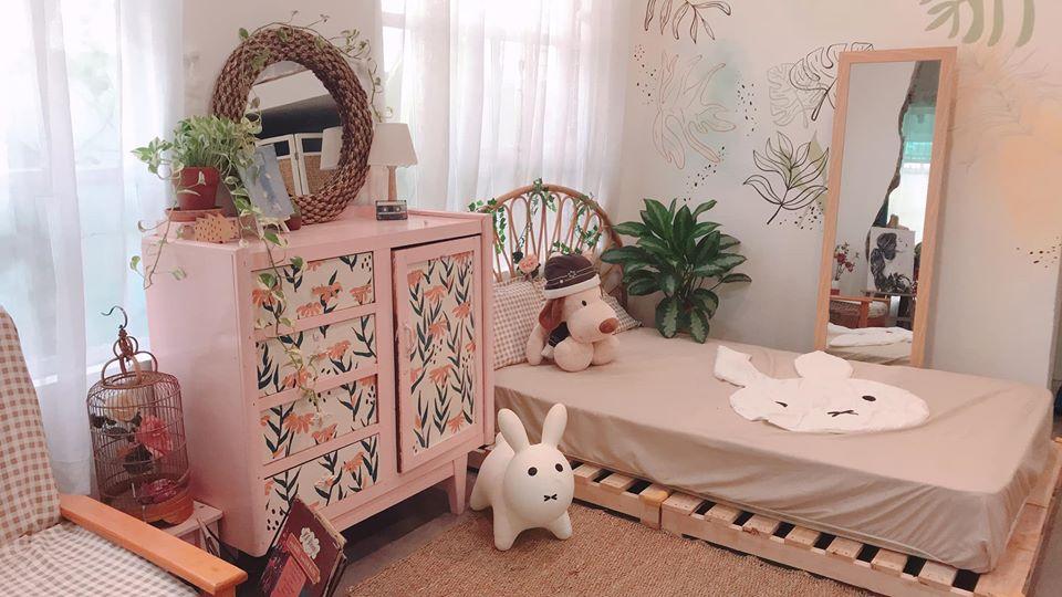 Khi trang trí phòng cho trẻ rất thú vị nhưng nó cũng thay đổi nhanh chóng khi trẻ lớn lên. Sử dụng khung giường pallet tự nhiên là giải pháp hoàn hảo cho trẻ. Chị em sẽ không tốn nhiều chi phí trong khi chúng rất dễ tái sử dụng với mọi phong cách trang trí và có thể linh động trong việc chuyển từ thiết kế này sang thiết kế khác khi những đứa trẻ lớn dần lên. Thiết kế này có chân đế, đầu giường và kệ cho trẻ có nhiều không gian sử dụng.