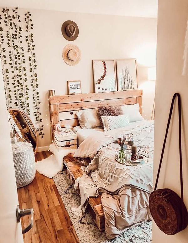 Giường gỗ pallet là ý tưởng hàng đầu cho phong cách boho. Ở đây chị em hãy để gỗ nguyên bản nhất có thể và sơn dầu để giữ tone màu ấm tự nhiên của gỗ. Đặt giường trên tấm thảm giúp căn phòng có vẻ sang hơn và bảo vệ sàn nhà của chị em. Có rất nhiều hoa văn và họa tiết trong phòng ngủ này nhưng chúng không bị rối vì các tone màu nâu tương tự nhau, chỉ là sắc độ mà thôi.