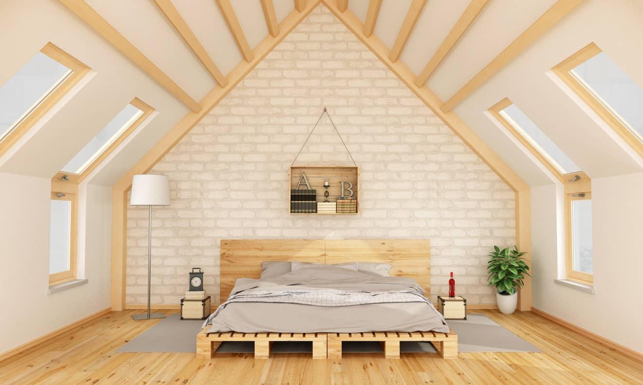 Khung giường pallet gỗ là lựa chọn hoàn hảo cho lối trang trí tối giản. Các đường nét đơn giản, sắc nét của gỗ pallet là điểm nhấn ấn tượng trong không gian. Nếu muốn thêm không gian lưu trữ ở đầu giường chị em chỉ cần đặt thùng gỗ nhỏ làm kệ. Chúng cùng chất liệu, màu sắc nên không cần lo cách phối hợp chúng.