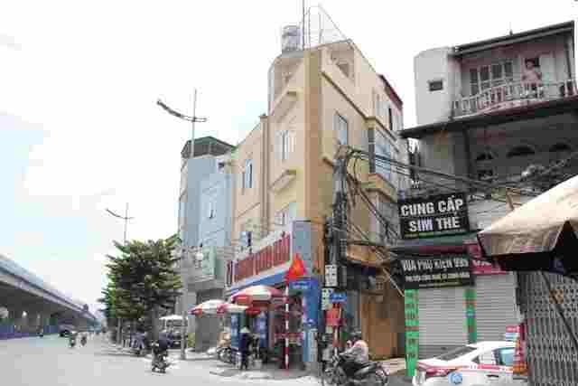 Trong khi đó, căn nhà số 566 Trần Cung, đoạn ngã 4 Cổ Nhuế - Phạm Văn Đồng (quận Bắc Từ Liêm) với hình dạng méo mó, được xây kiên cố 4 tầng, được cho thuê kinh doanh kính mắt