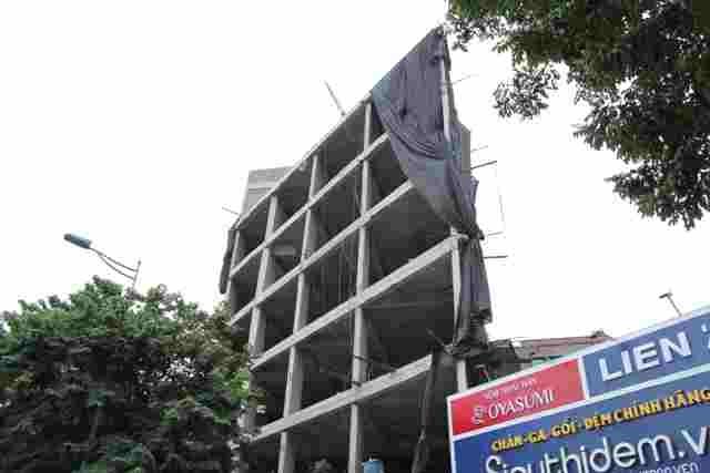 Căn nhà số 112 đường Võ Chí Công (quận Tây Hồ) vẫn đang trong quá trình xây dựng,  thiết kế bất hợp lý, thậm chí phản cảm