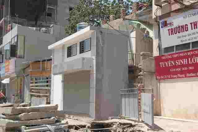 """Nhà """"siêu mỏng"""", hình dáng """"lạ"""" tại số 519 đường Phạm Văn Đồng (quận Cầu Giấy) hoàn thiện một thời gian dài, đang treo biển cho thuê mặt bằng"""