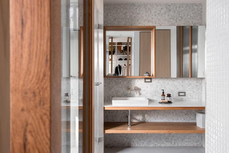 Gương khung gỗ bổ sung cho phần kệ mở phía dưới, tạo sự đồng nhất trong phòng tắm cũng như phòng tắm với các gian phòng khác