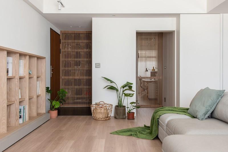 Nội thất chủ yếu làm từ gỗ công nghiệp, nhưng màu sắc và đường vân sắc sảo không khác gì gỗ tự nhiên. Cây mang đến mảng xanh, tạo điểm nhấn cho không gian nội thất gỗ.