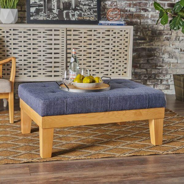 Kích thước nhỏ gọn cùng với chân làm bằng gỗ sồi tự nhiên, chiếc ghế là nơi lý tưởng để bạn thả hồn mình vào tách cà phê hay những điệu nhạc du dương
