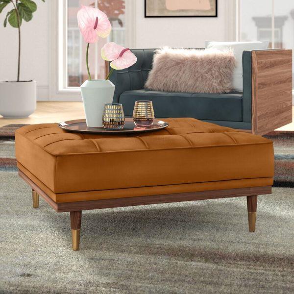 Một chiếc ghế đẩu được biến tấu có kích thước dài hơn so với thông thường, để có thể làm bàn hoặc ngồi cùng lúc 2 người