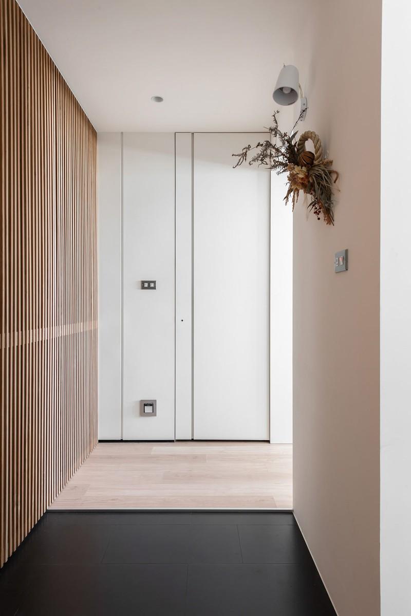 Sàn gỗ kéo dài từ phòng khách cho đến hành lang phòng ngủ