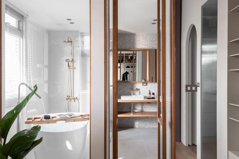 Cửa đôi khung gỗ kết nối khu vực thay đồ với phòng tắm riêng