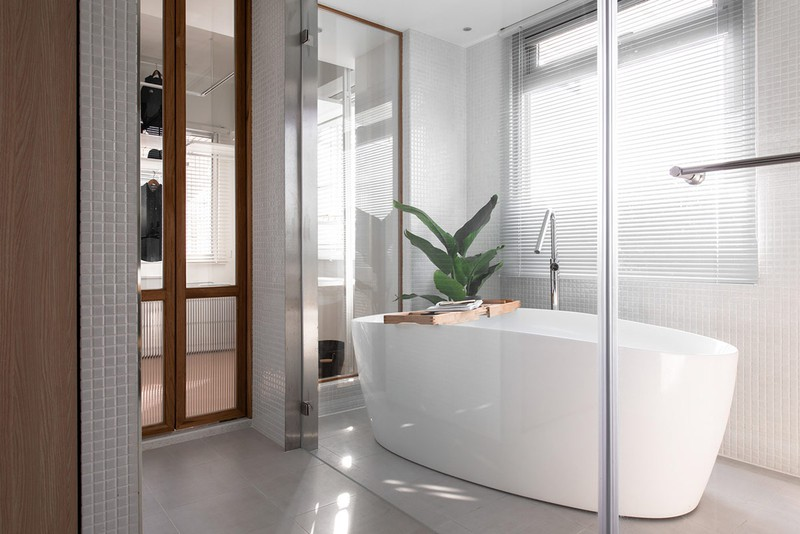 Bức tường kính không chiếm quá nhiều không gian, giúp ngăn chặn nước bắn từ trong bồn tắm ra sàn nhà