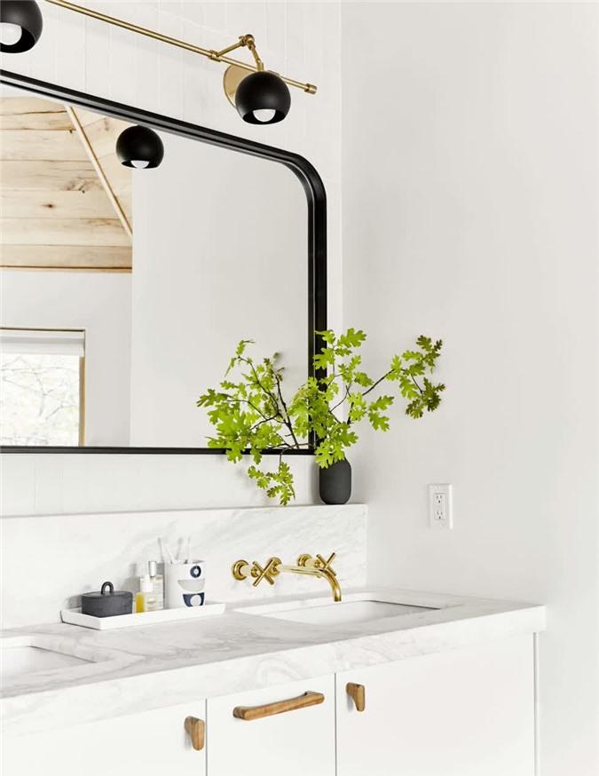 Thiết kế với các cạnh bo tròn. Lưu ý viền sơn màu tối nhằm tạo nên sự tương phản đáng yêu với tông màu sáng của căn phòng.