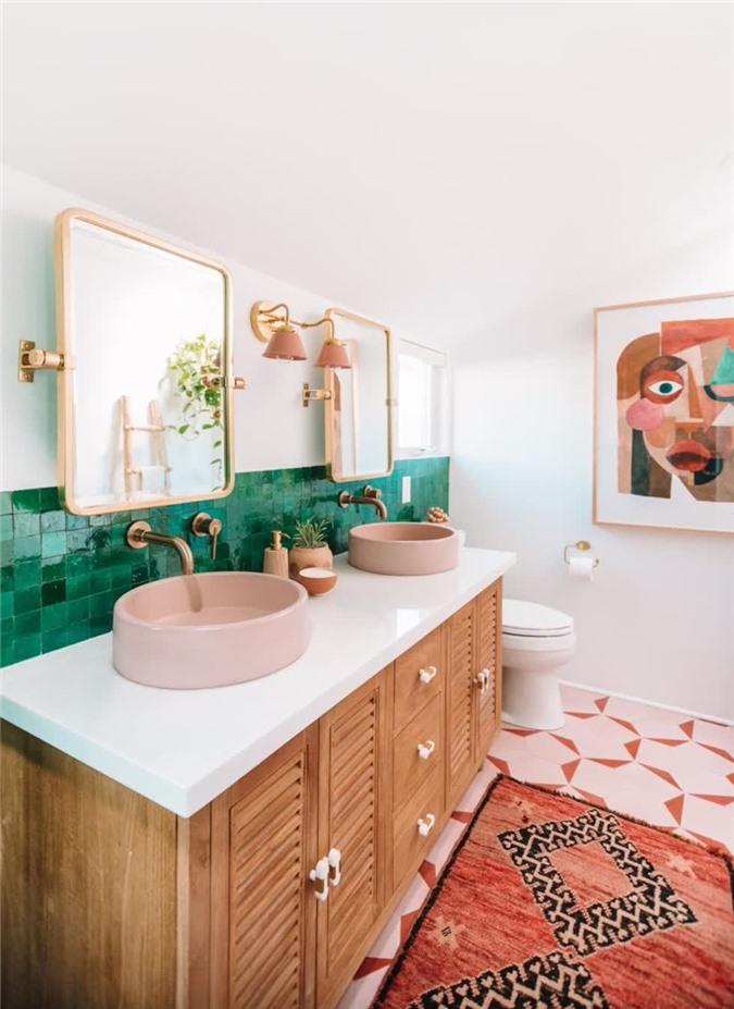 Studio DIY Kelly và Jeff Mindell đã làm một công việc tuyệt vời trên một phòng tắm khác trong nhà của họ, lần này có một chiếc gương định hướng thẳng đứng với các cạnh cong.