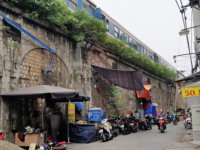 Hình ảnh cuộc sống sinh hoạt nhếch nhác dưới khu vực vòm cầu thuộc tuyến cầu dẫn đường sắt lên cầu Long Biên