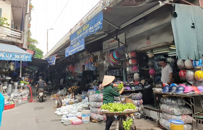 Người dân ngang nhiên dựng ki-ốt bám vào vòm cầu lập chợ, ảnh hưởng nghiêm trọng đến hành lang an toàn đường sắt