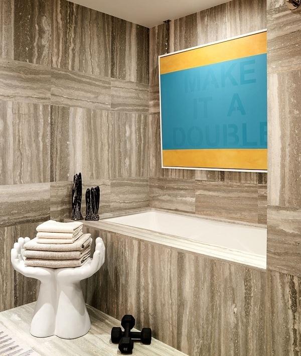 Thêm các tác phẩm nghệ thuật rực rỡ vừa giúp cải thiện tâm trang vừa làm sáng bừng căn phóng tối. Trong ngôi nhà này, một bức tranh táo bạo với tông vàng và ngọc lam nổi bật trên gạch vân đá.