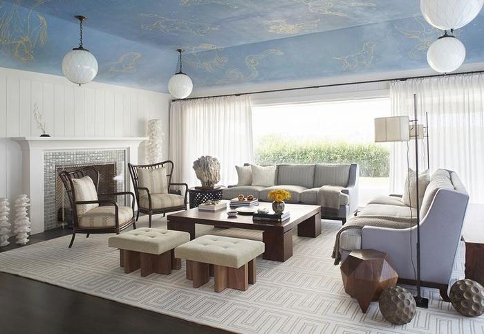 Bầu trời xanh làm bừng sáng thế giới. Sơn trần nhà tông xanh nhạt sẽ tạo ra một ảo ảnh quang học giúp phòng khách trông sáng sủa hơn.