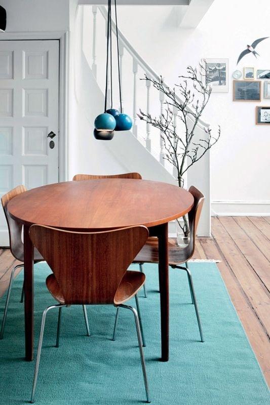Một tấm thảm lớn, nhiều màu sắc không chỉ là để xác định một khu vực cụ thể trong nhà mà còn được sử dụng để làm bừng sáng căn phòng, xác định phong cách và thể hiện thẩm mỹ của chủ nhân ngôi nhà.