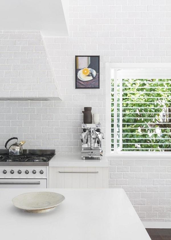 Cửa chớp trắng giúp phòng bếp thêm hiện đại và sang trọng hơn