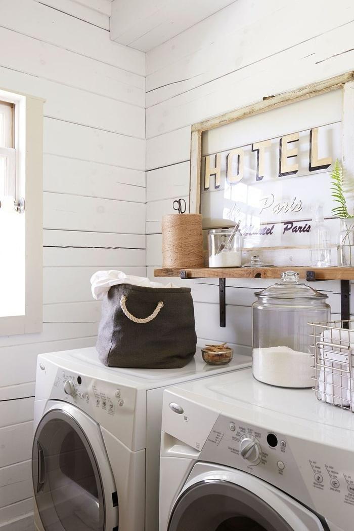 Hãy mang lại sức sống cho phòng giặt bằng cách trang trí những tác phẩm nghệ thuật treo tường cổ điển, lọ hoặc giỏ