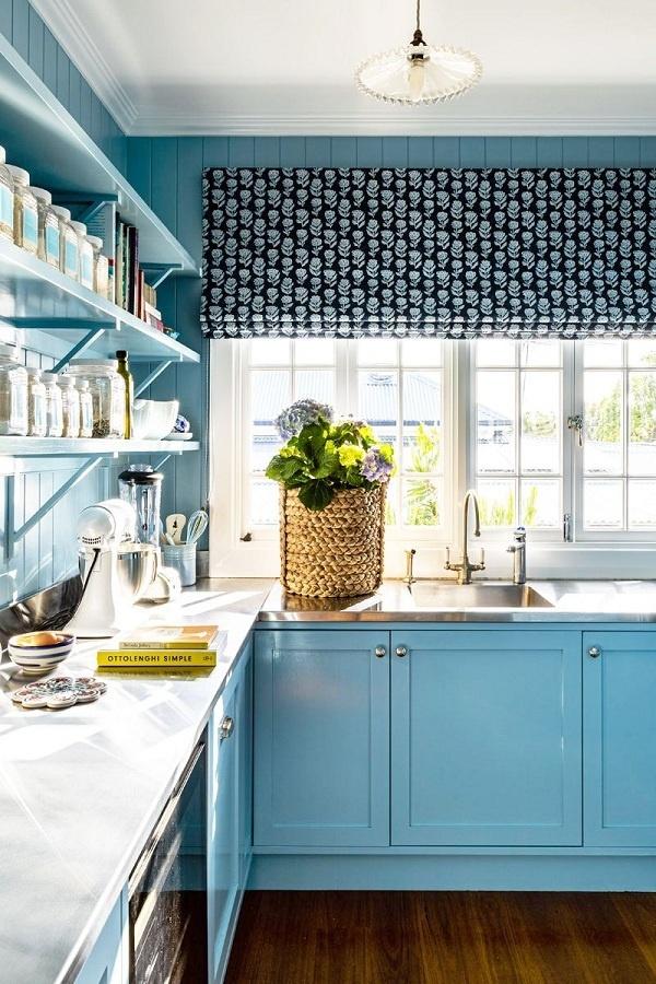 Chọn rèm cửa in họa tiết để tạo điểm nhấn cho căn bếp tông xanh da trời