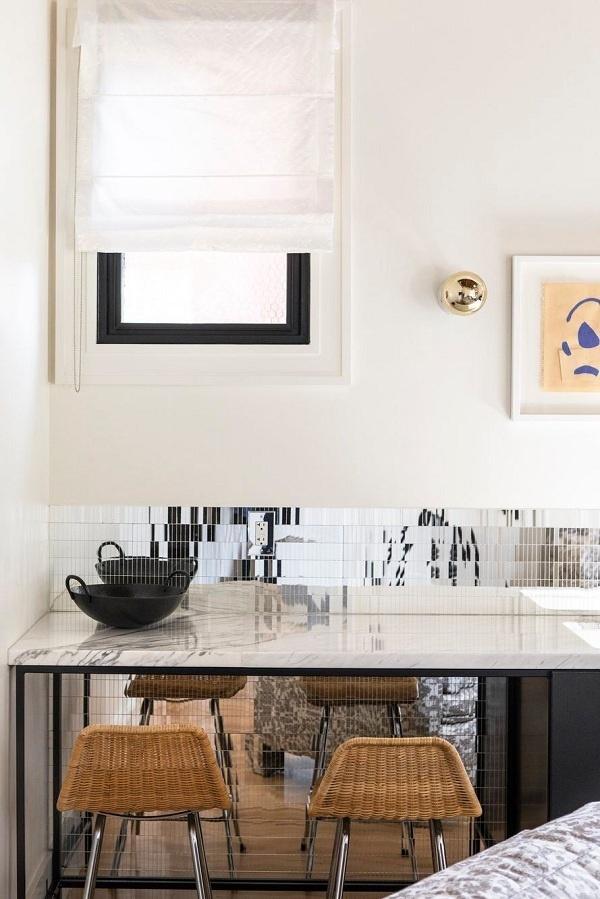 Hãy sơn màu đen ở rìa cửa sổ bên trong để có một cửa sổ đồ họa độc đáo. Trong nhà bếp này, các mảng màu trắng cổ điển và gạch phản chiếu nền gạch giúp không gian luôn sáng sủa và rộng hơn.