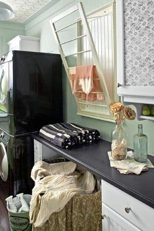 iàn phơi có thể chiếm không gian phòng giặt. Thay vào đó, hãy lắp một giá phơi đồ có thể thu gọn, như giá này bật ra khỏi tường để treo đồ khô hay bất kỳ vật dụng mỏng manh nào.