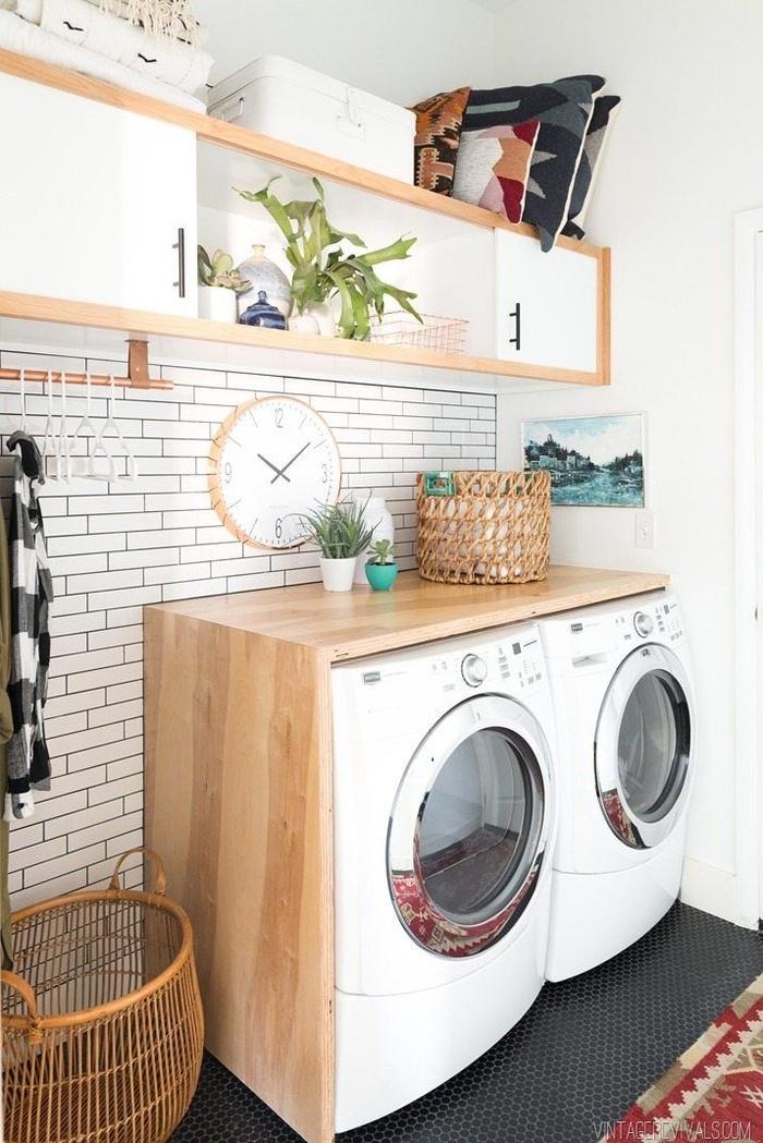Bạn có thể tiết kiệm không gian phòng giặt bằng cách tạo quầy để vừa với máy giặt và máy sấy