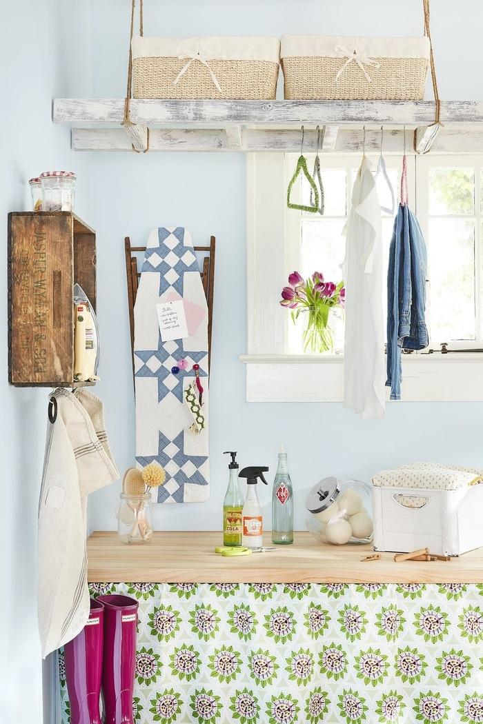 Biến những chiếc lọ thành những chiếc ống đựng đồ dễ thương. Một chiếc thang gỗ có thể được sử dụng như một giá treo, và một chiếc bàn ủi cũ có thể trở thành một bảng thông báo. Hãy tận dụng những đồ cũ để trang trí cho phòng giặt của mình nhé!