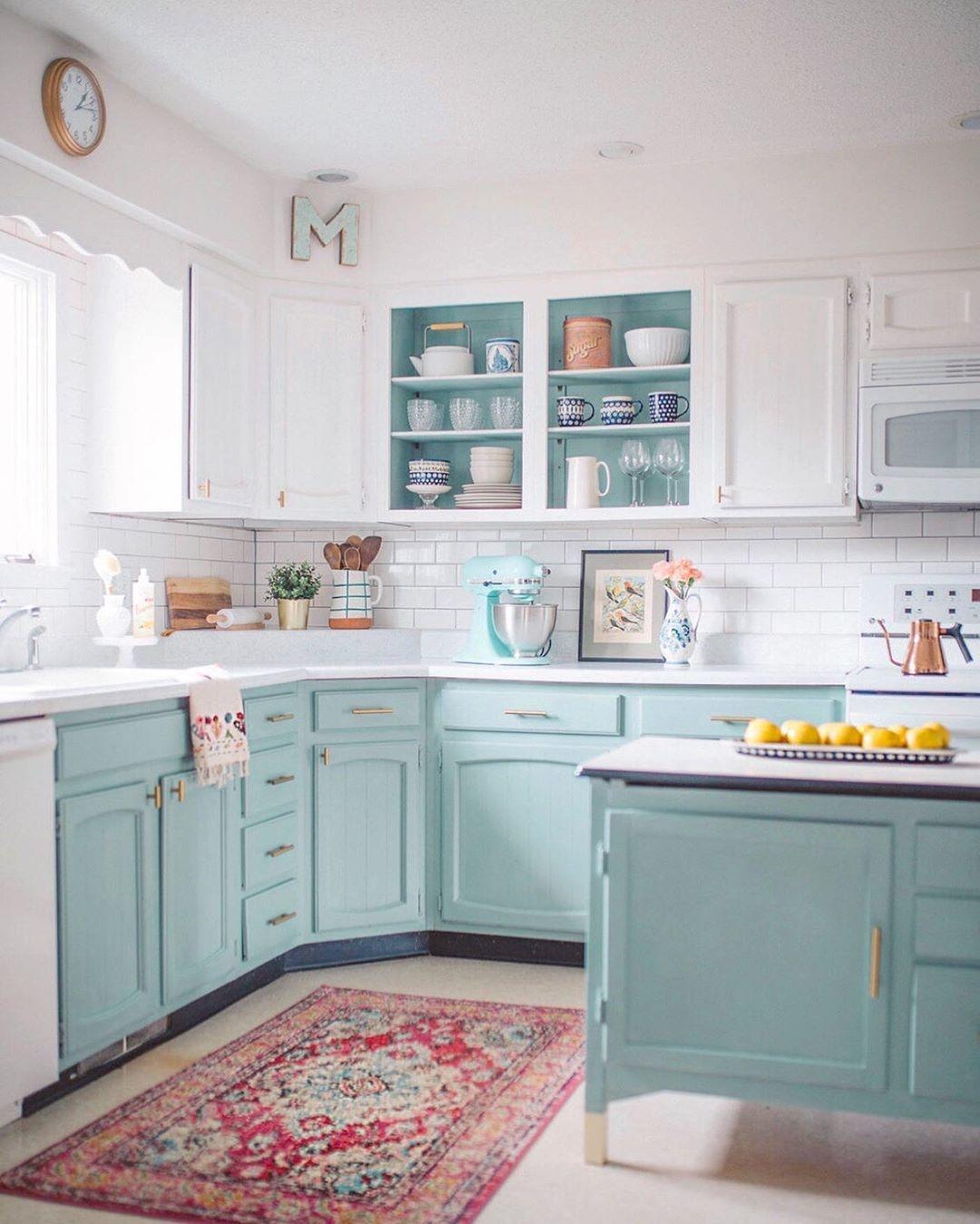 Với những căn bếp có gam màu trắng làm chủ đạo, bạn thử lựa chọn sơn tủ màu xanh bạc hà, gam màu như mang cả không khí tươi mát vào nhà của bạn