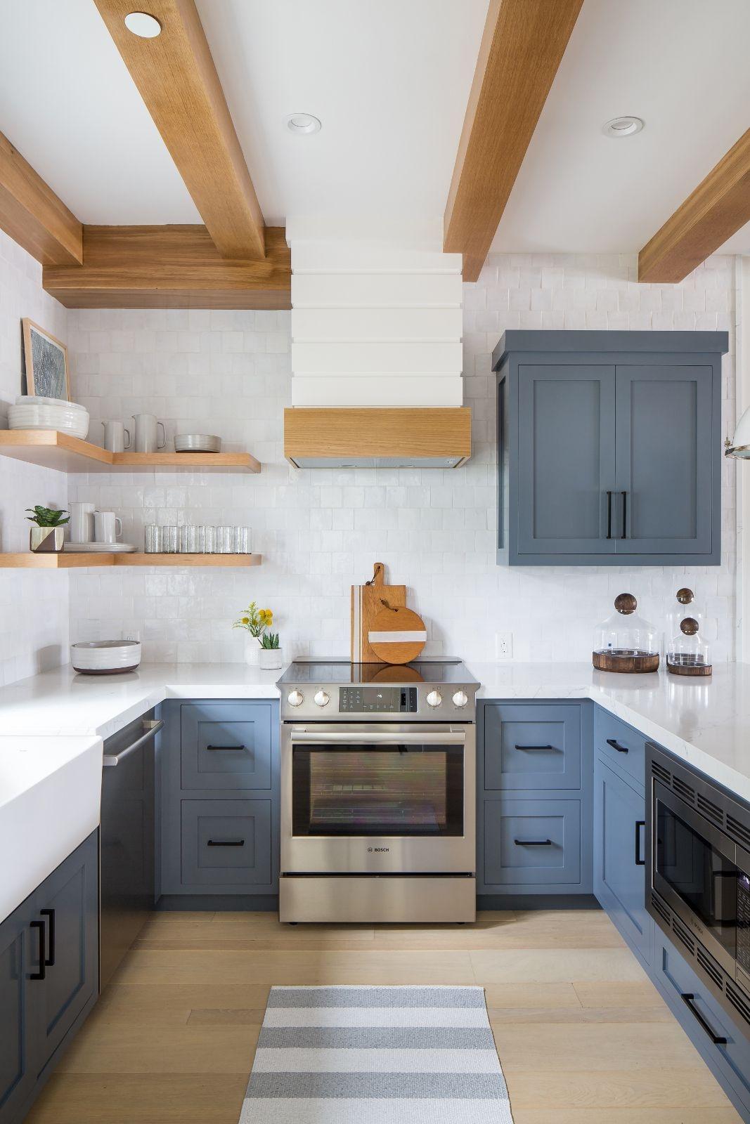 Hệ tủ bếp dưới có thể nên lựa chọn gam màu xanh xám, màu mang đến sự yên tĩnh, ấm cúng và hiện đại.