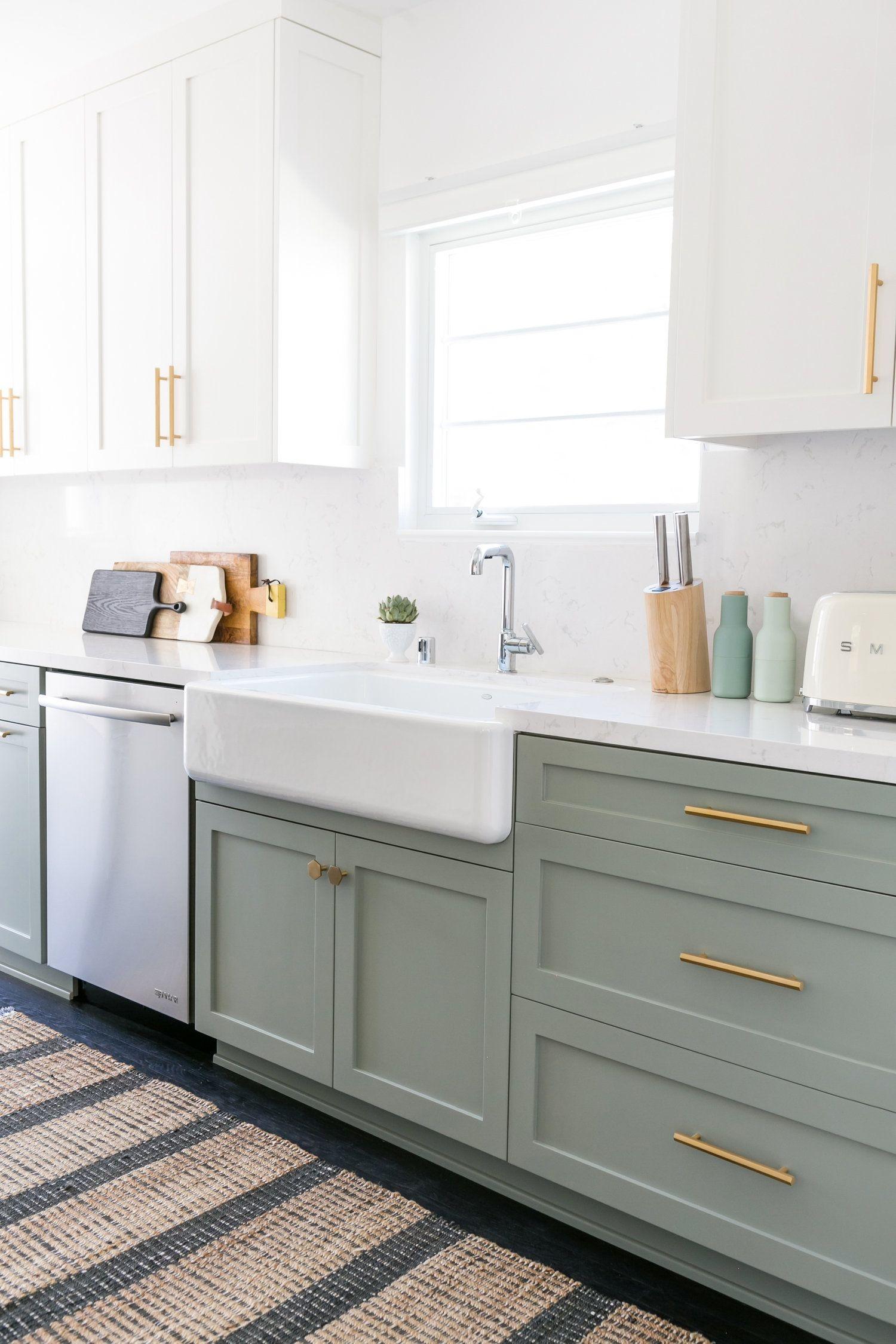 Thêm tay nắm tủ cũng là cách hiệu quả tăng thêm hiệu ứng bắt mắt cho góc nấu nướng của gia đình