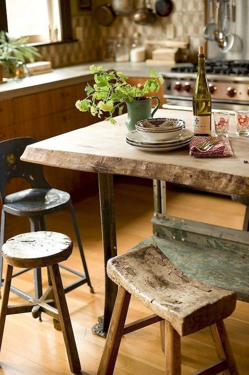 Một vài chiếc ghế cũ kỹ vẫn có thể tạo vẻ đẹp thô mộc và mang lại nét tinh tế cho không gian