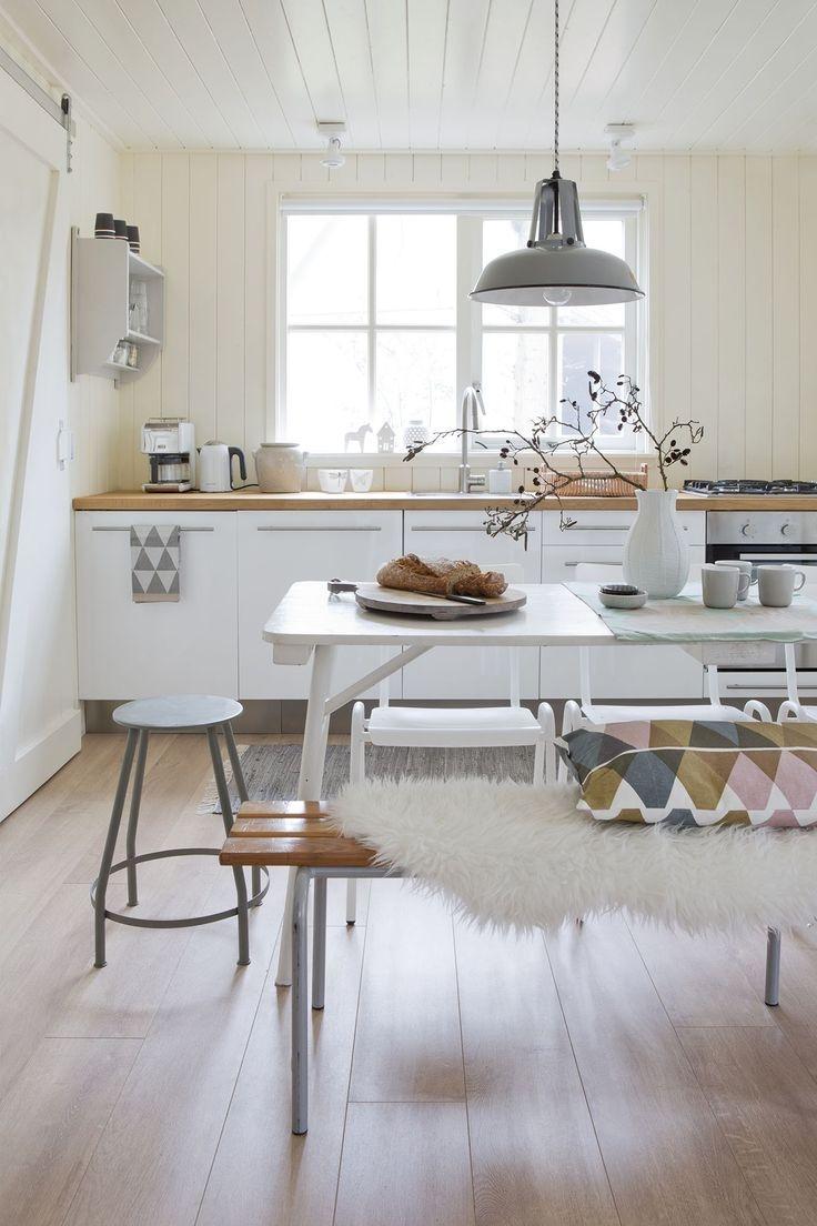 Căn bếp sẽ đẹp hơn khi có ánh sáng tự nhiên kết hợp hài hòa với ánh sáng nhân tạo