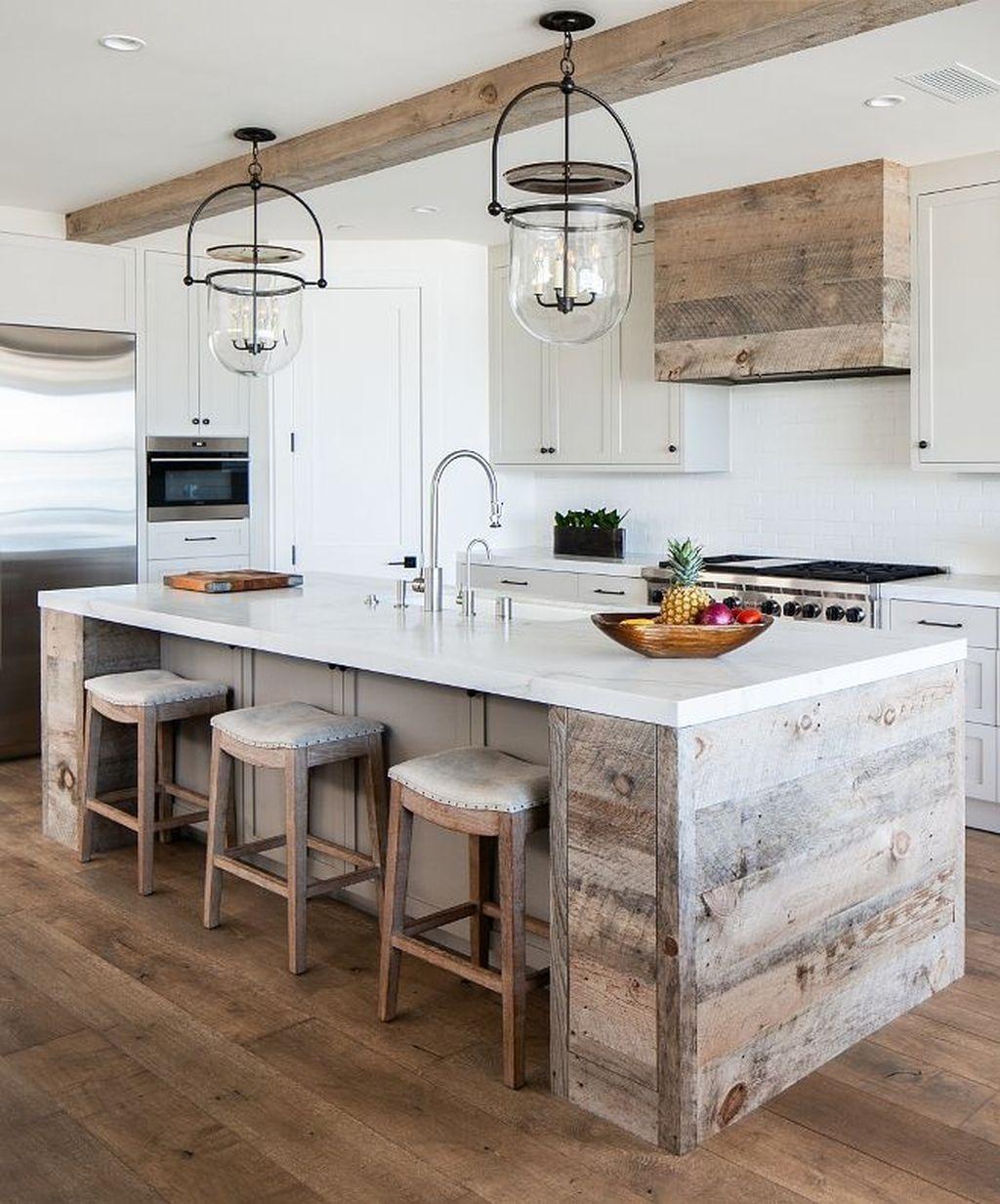 Đèn thả trần được bố trí đúng chỗ sẽ giúp góc bếp ấm cúng vào mùa đông, lãng mạn vào mùa hè