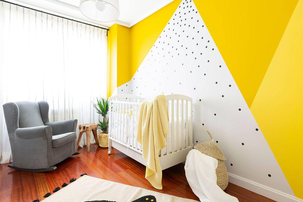 Phòng của bé theo phong cách bãi biển nổi bật với bức tường màu vàng trên gam màu trung tính