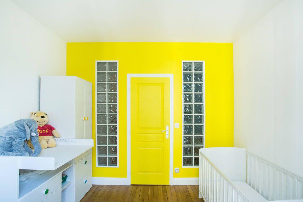 Tường và cửa chính màu vàng tạo điểm nhấn màu sắc cực mạnh cho căn phòng theo phong cách Paris đương đại này