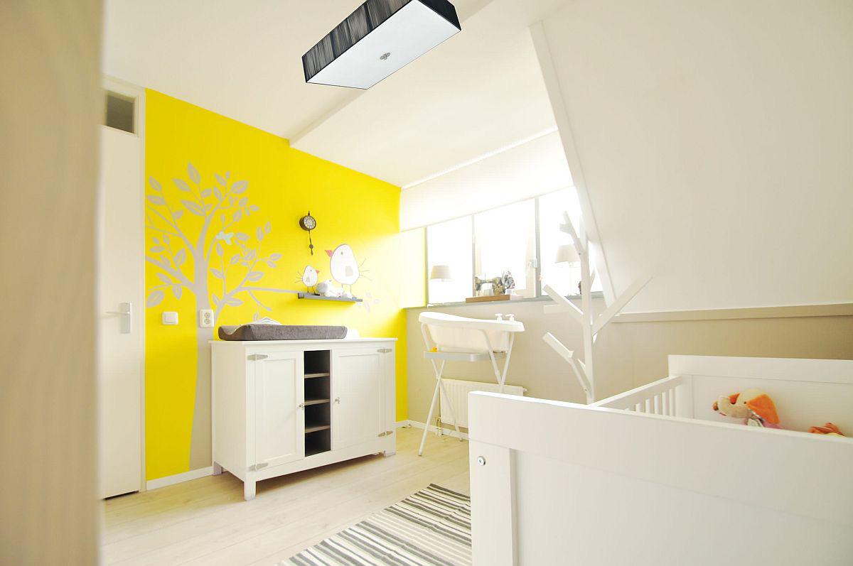 Căn phòng trung tính mang màu trắng tinh tế với bức tường màu vàng tươi