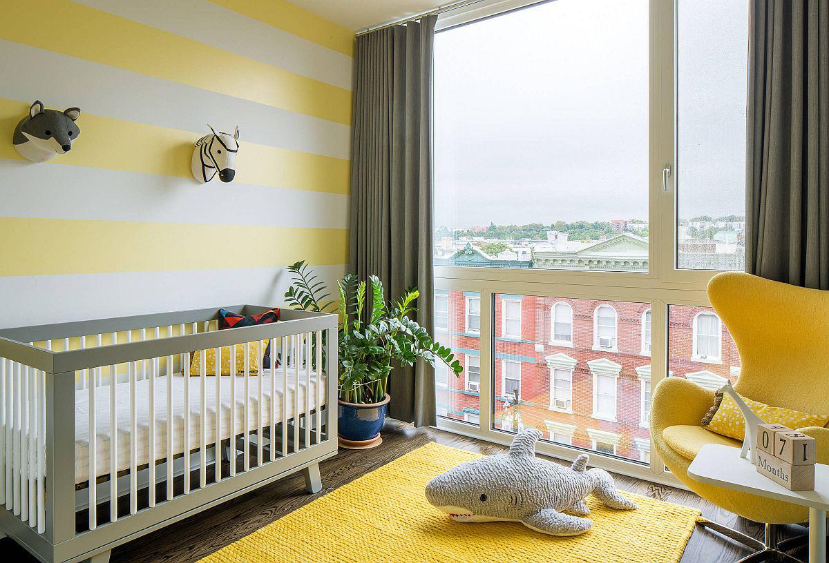 Bức tường kẻ sọc vàng trắng kết hợp với thảm và ghế màu vàng theo phong cách hiện đại