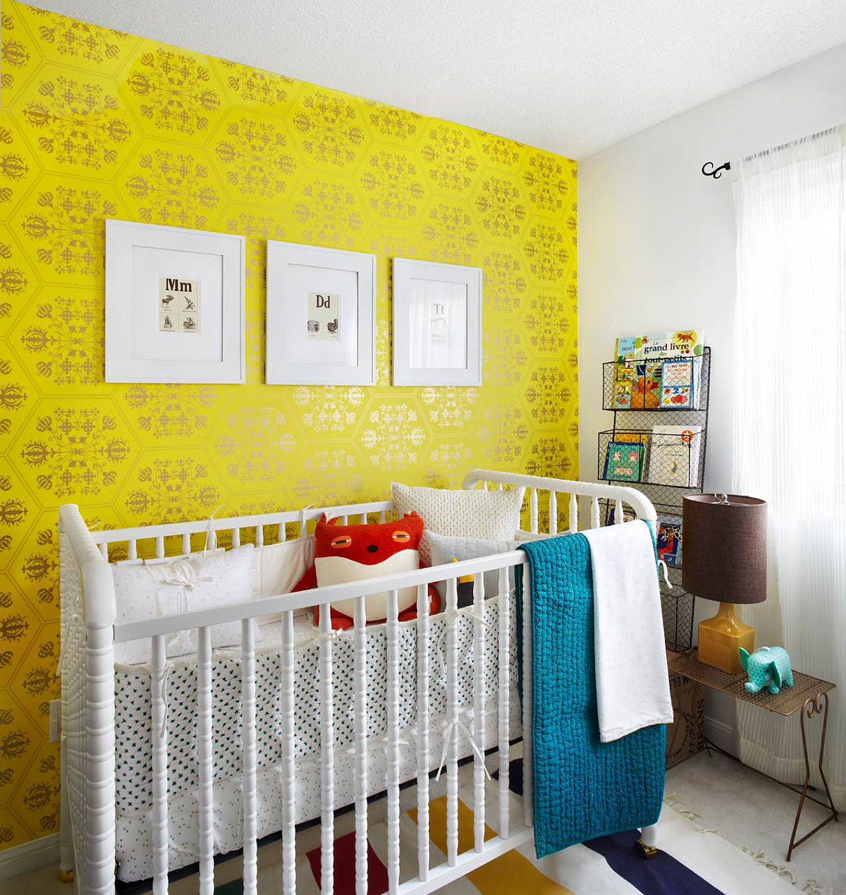 Giấy dán tường màu vàng đẹp mắt với họa tiết sang trọng cho căn phòng theo phong cách đương đại của bé trên nền màu trung tính