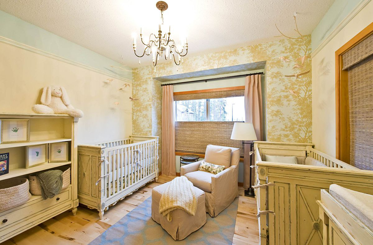 Phòng của bé với giấy dán tường họa tiết cây màu vàng nhẹ nhàng nhưng vô cùng bắt mắt