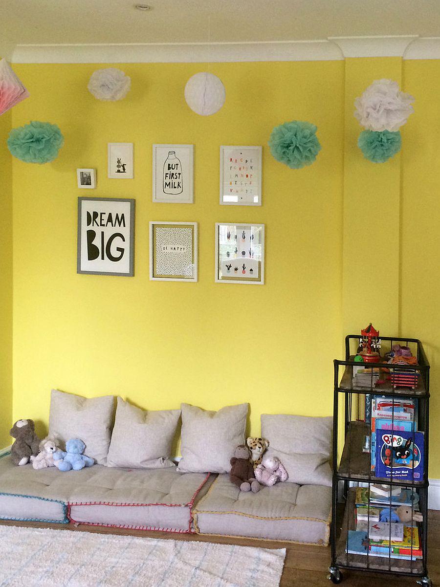 Sự cân bằng giữa giản dị và hiện đại trong căn phòng này, những món đồ nội thất kết hợp với tone vàng trầm tạo nên sự giản dị đáng yêu