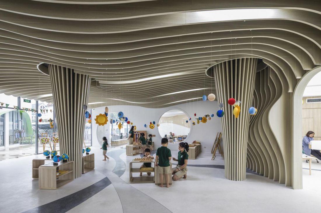 Cột trần tòa nhà được thiết kế ấn tượng theo phong cách Organic Design, tạo sự hứng khởi cho các bé