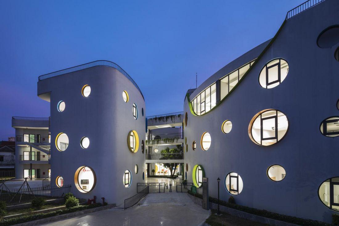 Tòa nhà trở nên lung linh hơn về chiều và đêm. Những khung cửa sổ đầy màu sắc như bừng sáng trong không gian tĩnh lặng bên hồ Goong.
