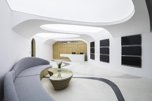 """Phòng chờ được phối màu và đồ nội thất không khác gì phòng khách của một căn hộ """"minimalist"""" với những đường bo tròn tinh tế và ánh sáng cũng được đánh khá hợp lý"""