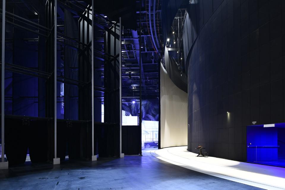Khu vực hậu trường rất rộng với hệ thống hỗ trợ sân khấu được xếp đặt ẩn mình