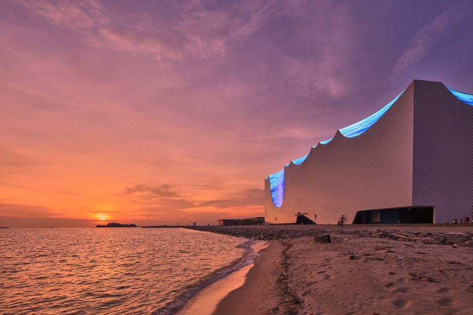 """Mặt tiền phía Nam của tòa nhà vào buổi hoàng hôn rất """"lãng mạn"""" với sóng biển, cát và sự lan tỏa của những tia nắng cuối ngày."""