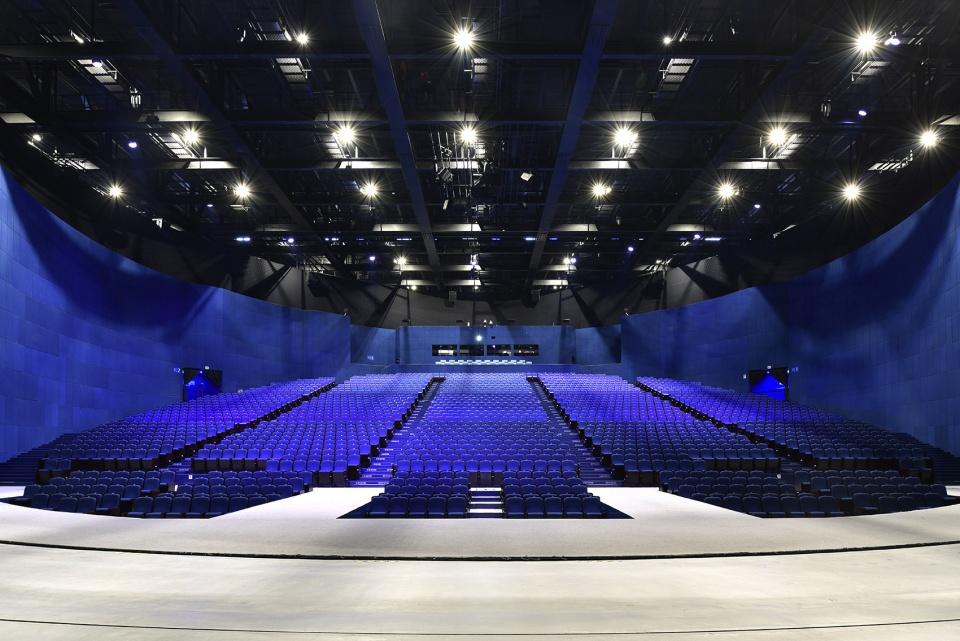 Ngoài thiết kế chuẩn mực, sức chứa 2.000 người, nhà hát Encore Melaka còn có khán phòng xoay 360 độ đầu tiên ở Malaysia