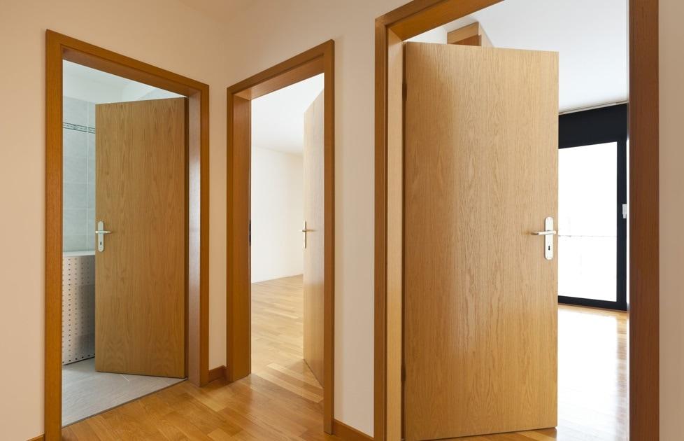 Cửa gỗ Veneer: cốt gỗ công nghiệp bên trong đảm bảo sản phẩm có thể phù hợp với mọi không gian mà không sợ bị cong vênh hay mối mọt.