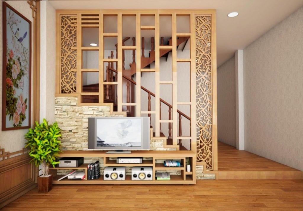 Vách ngăn cầu thang gỗ kết hợp các chi tiết, họa tiết trang trí khá bắt mắt, tích hợp kệ lưu trữ.