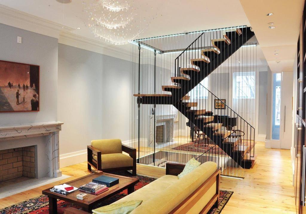 Thiết kế thanh mảnh của vách ngăn cầu thang mang đến sự thông thoáng cho không gian sống