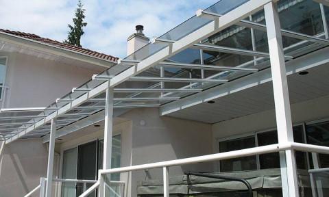 Lợp mái hiên nhà nên sử dụng vật liệu nào? Ưu, nhược điểm và giá thành ra sao?